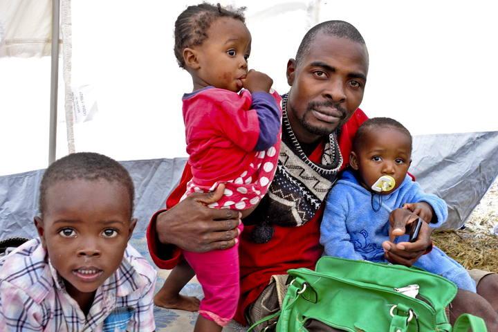 Un mozambiqueño trabajador inmigrante en Sudáfrica llega con sus hijos a un campo de refugiados en Moamba, Mozambique, tras la última ola de violencia contra extranjeros.