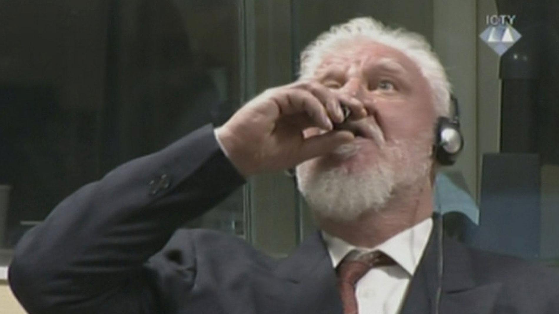 Ir al VideoMuere un criminal de guerra tras tomar veneno durante su juicio en La Haya