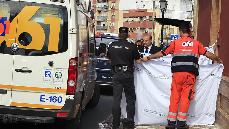 Muere una mujer y otra resulta herida en un tiroteo tras un atraco a un banco en Sevilla