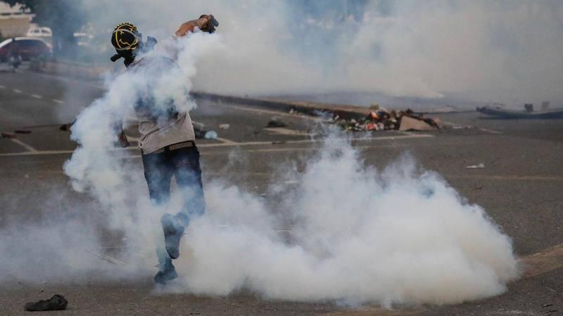 Muere quemado un hombre durante nuevos enfrentamientos en Venezuela
