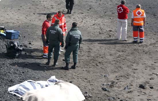 Las equipos de salvamento rescatan 21 cuerpos de los inmigrantes que naufragaron en la patera de Teguise