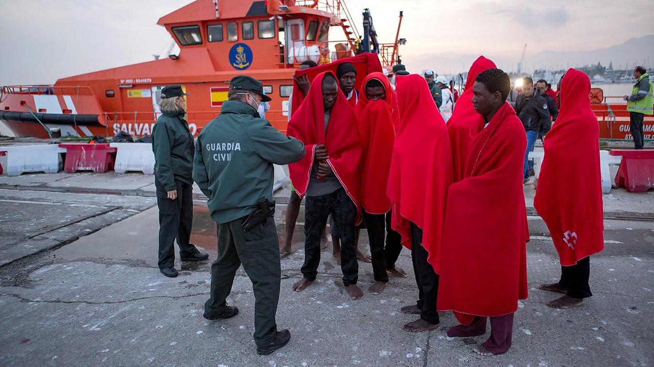 Ir al VideoMueren cinco personas al naufragar una patera en Alborán