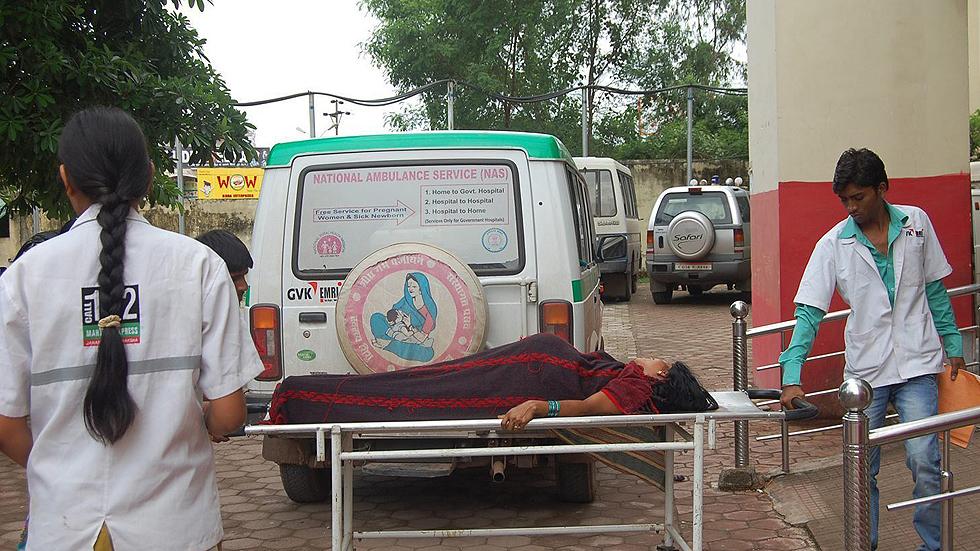 Mueren diez mujeres en la India tras someterse a cirugía en una campaña de esterilización