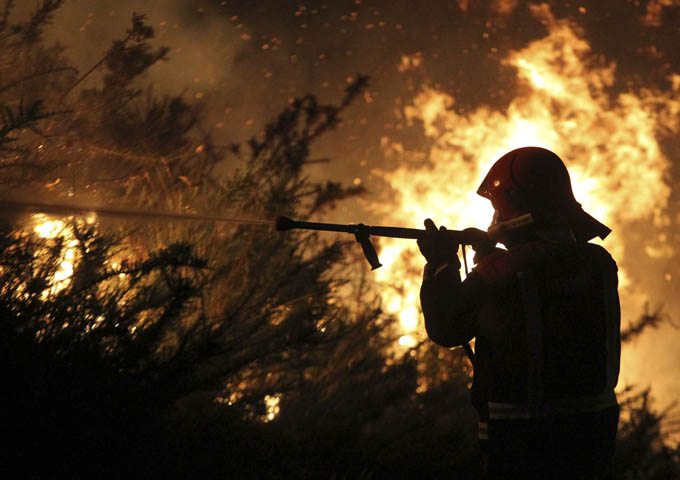 Mueren dos bomberos cuando sofocaban un incendio forestal en Pontevedra