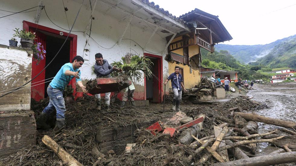 Mueren al menos 61 personas en Colombia tras una avalancha de tierra