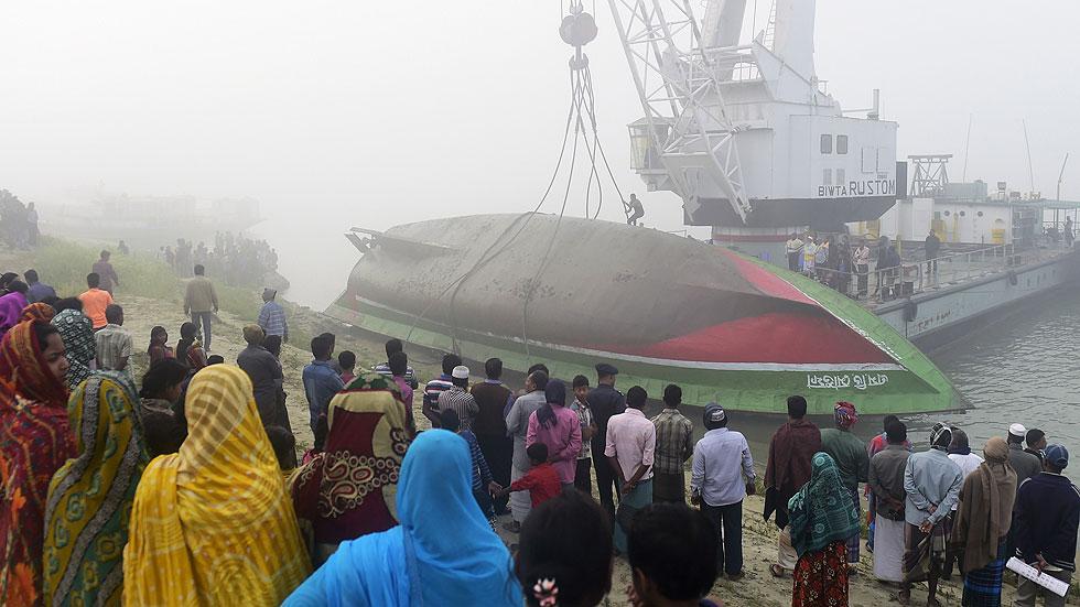 Mueren al menos 68 personas en el naufragio de un ferry en Bangladesh