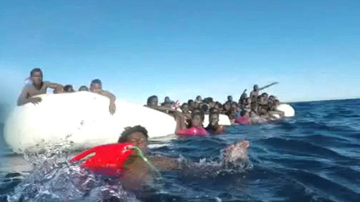 Ir al VideoMueren ocho inmigrantes y rescatan a 84 que llevaban horas en una barca neumática frente a las costas de Libia
