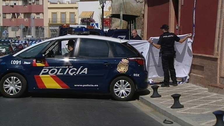 Una mujer muere en un tiroteo entre la policía y unos atracadores en San Juan de Aznalfarache, Sevilla