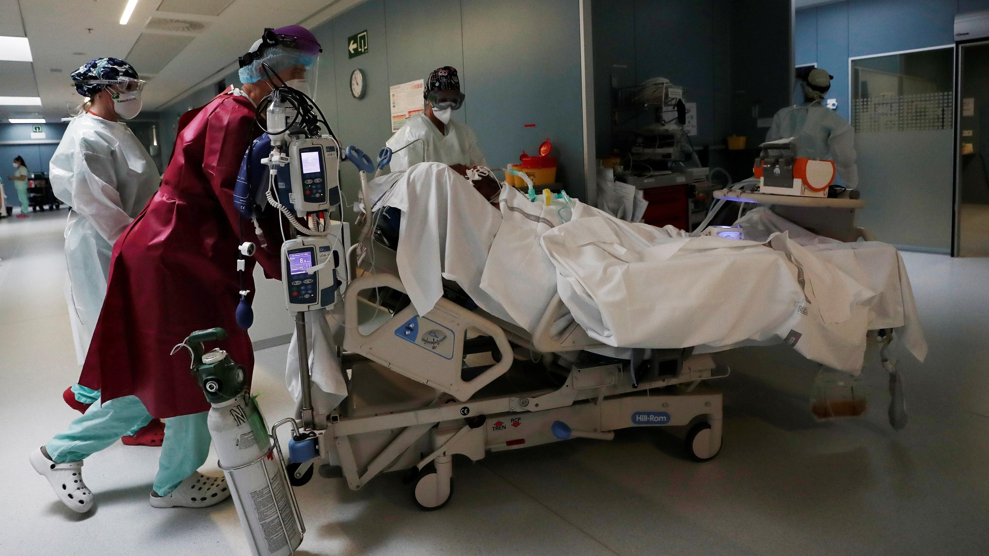 Ir al VideoLas muertes se dispararon en el pico de la epidemia, con 47.000 fallecidos más en dos meses