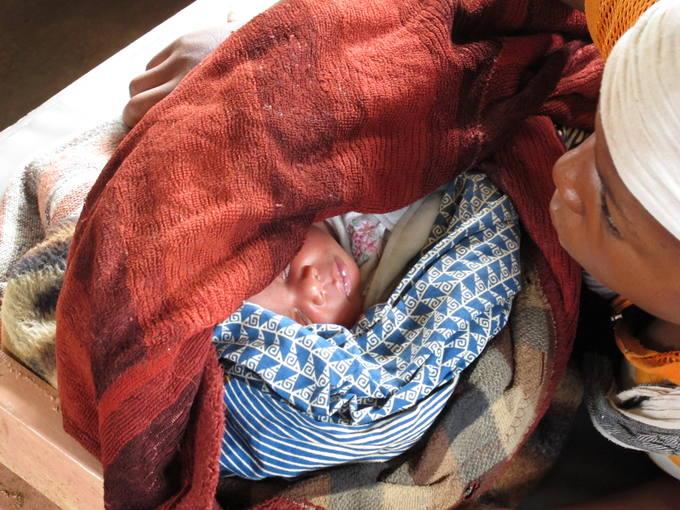 Una mujer acuna a su hijo recién nacido en el Hospital de Kalonge, en Kivu Sur.
