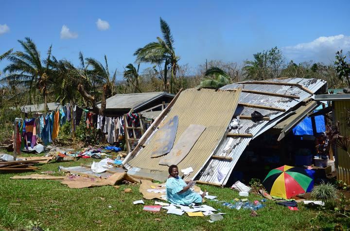 Una mujer en su casa dañada por el ciclón Pam en Port Vila, capital de Vanuatu
