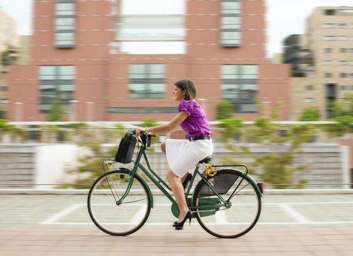 Una mujer conduce su bicicleta eléctrica