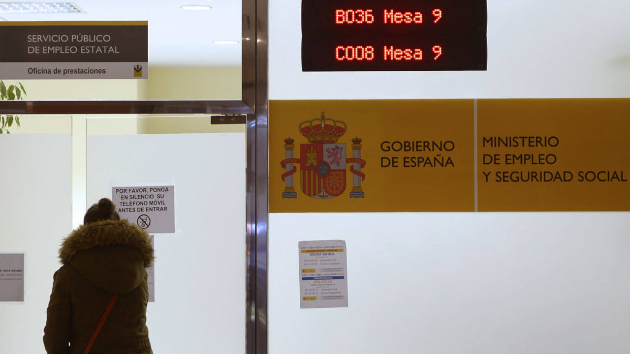 Una mujer espera a ser atendida en una oficina de prestaciones de Empleo