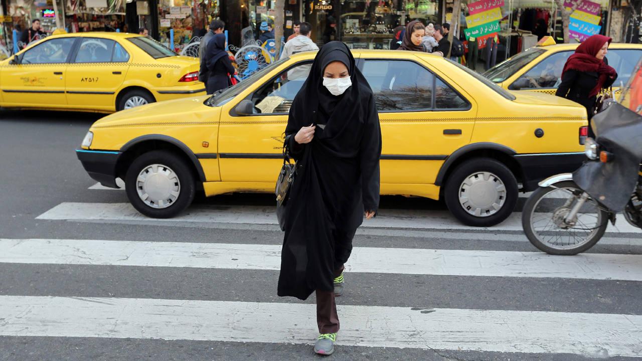 Una mujer iraní cruza una calle en Teherán