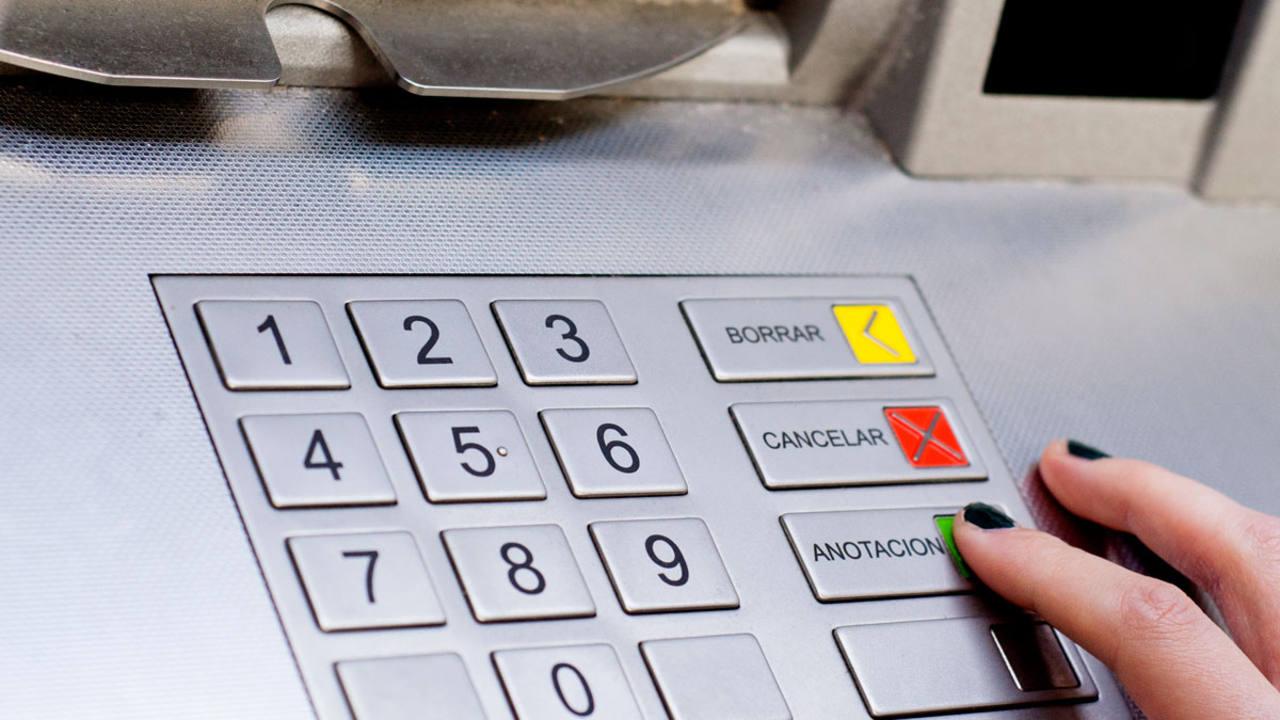 El ayuntamiento de madrid cobrar una tasa a los bancos por los cajeros autom ticos de la calle for Dinero maximo cajero