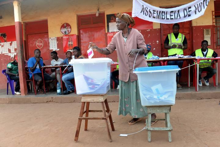 Un mujer vota en Guinea Bissau