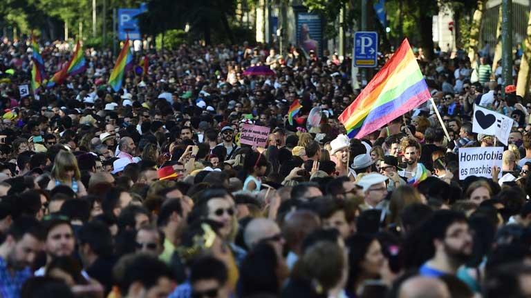 Multitudinaria marcha en Madrid para reivindicar los derechos del colectivo LGTB