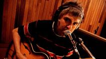 Ir al VideoEl músico indie Alex Cooper celebra su 30 aniversario con un disco recopilatorio de su carrera