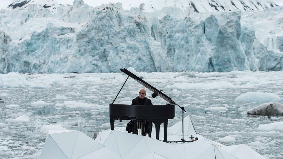 El músico Ludovico Einaudi toca en un glaciar para pedir la protección del ártico
