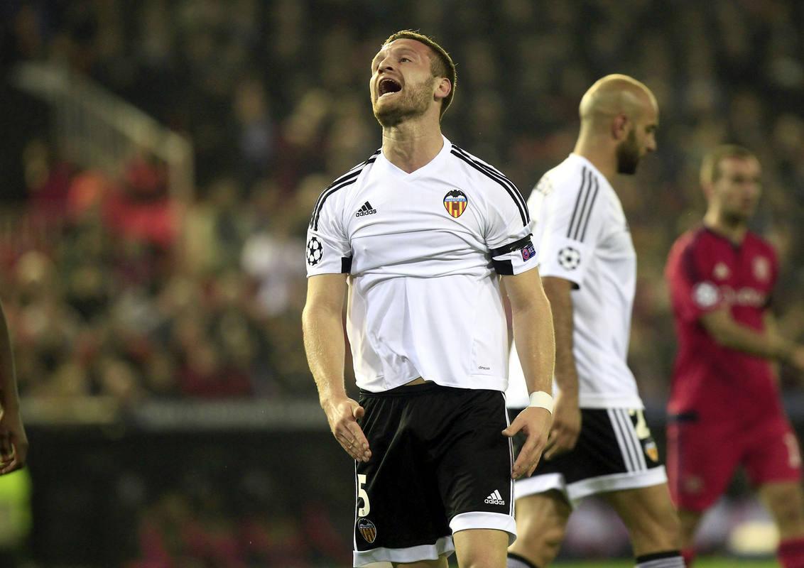 Mustafi lamenta una ocasión perdida durante el partido frente al Olympique de Lyon.