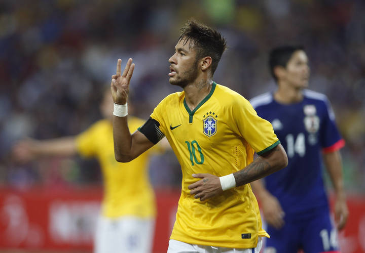 Neymar celebra uno de sus cuatro goles a Brasil