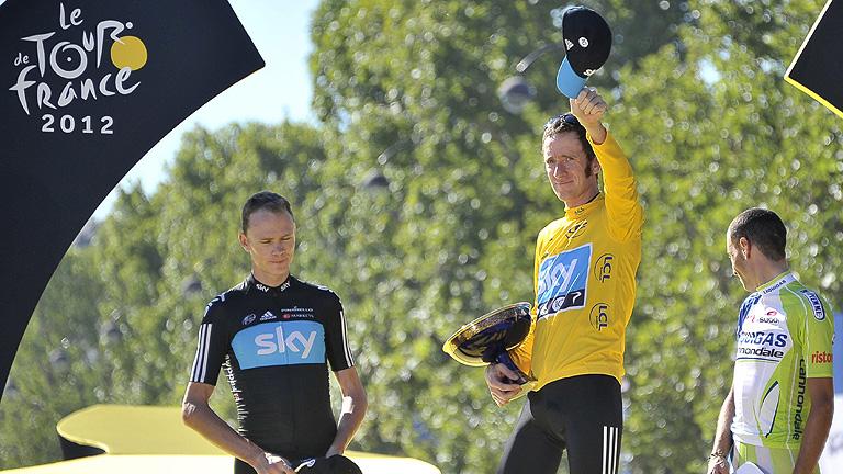 Nibali y Froome escoltan a Wiggins en el podio