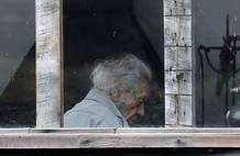 Nicanor Parra en su casa de la localidad costera de Las Cruces (Chile), el día que su nieto recogía el Premio Cervantes