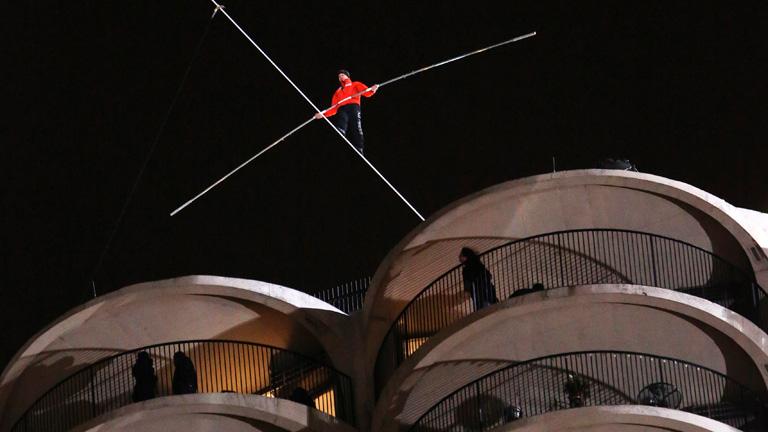 Nik Wallenda cruza el cielo de Chicago caminando sobre un alambre