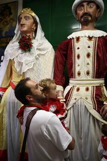 niña mirando a gigantes de Pamplona