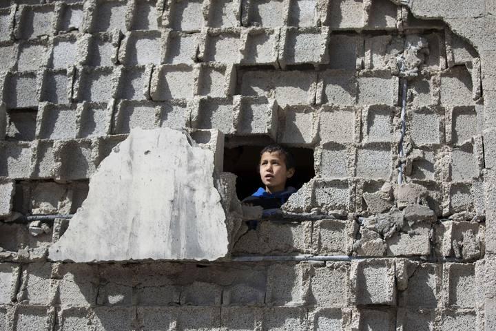 Un niño palestino en su casa de Beit Hanun, Gaza, destrozada por los bombardeos