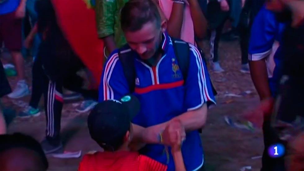 Un niño portugués consuela a un hincha francés