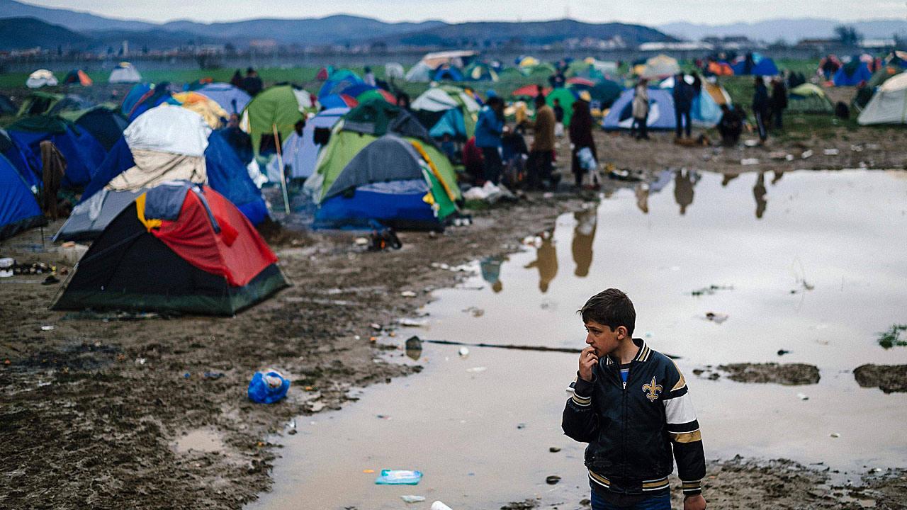 Un niño se detiene en medio de las tiendas de campaña del campo de refugiados de Idomeni, en la frontera entre Grecia y Macedonia.