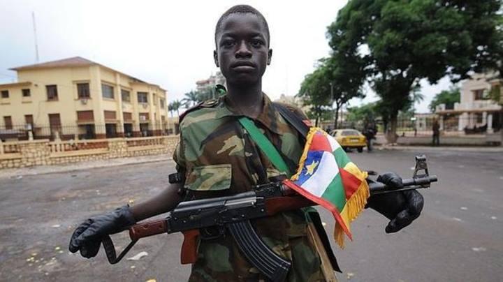 Un niño soldado posa en una calle de Bangui (República Centroafricana).