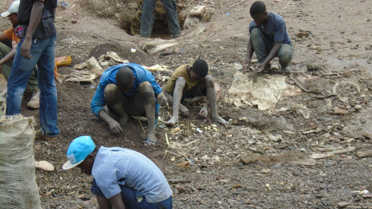 Niños y jóvenes trabajando en una mina de cobalto en la RDC