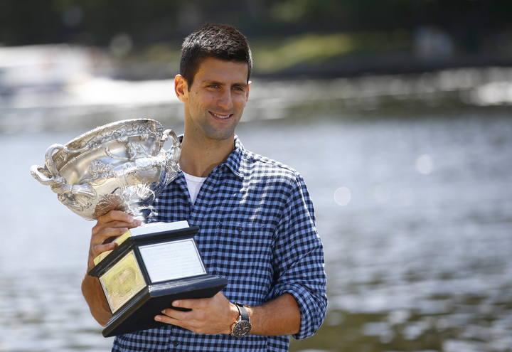 Novak Djokovic posa con su trofeo del Open de Australia 2015