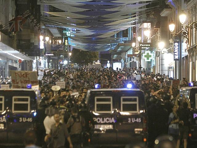 Los 'indignados' vuelven a rodear la Puerta del Sol