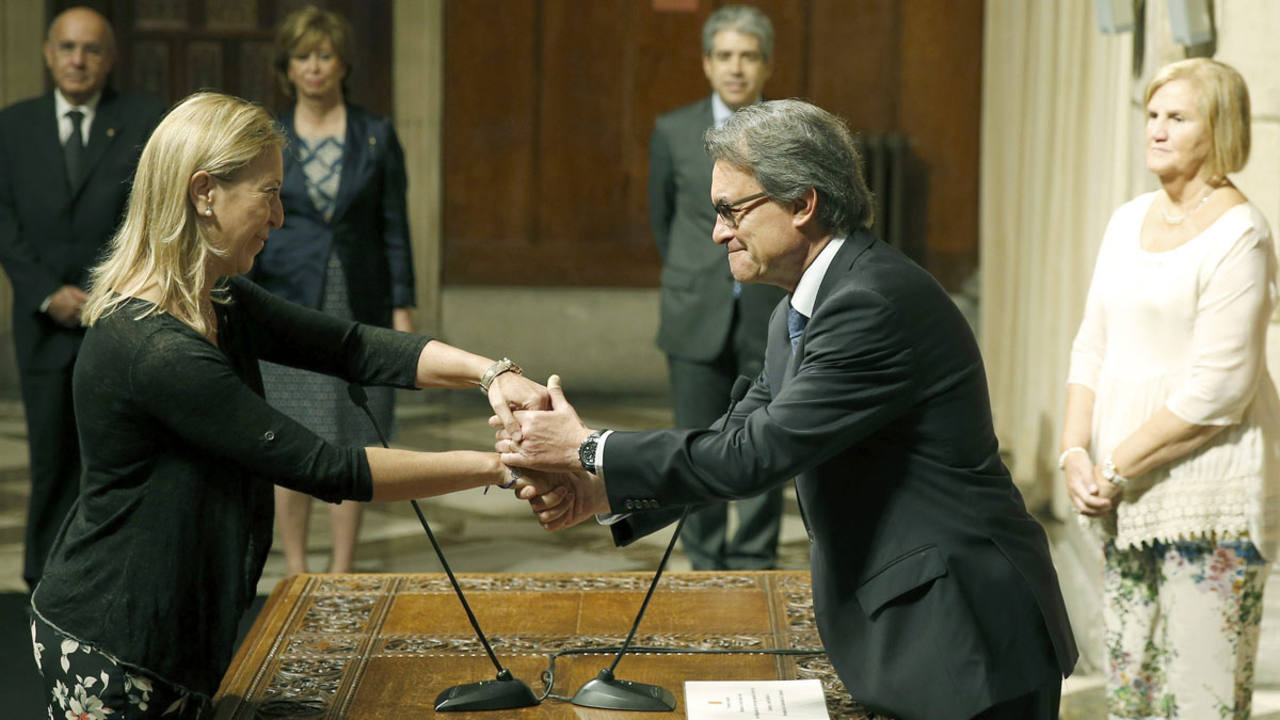 La nueva vicepresidenta del Govern, Neus Munté, saluda al presidente Artur Mas