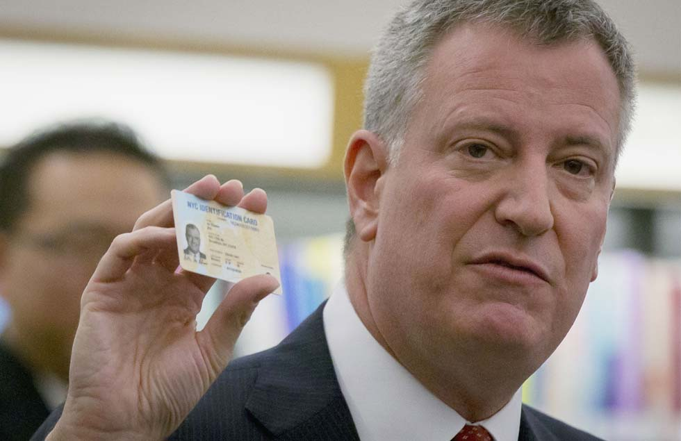 Nueva York crea un carnet de identidad que facilitará trámites a los clandestinos