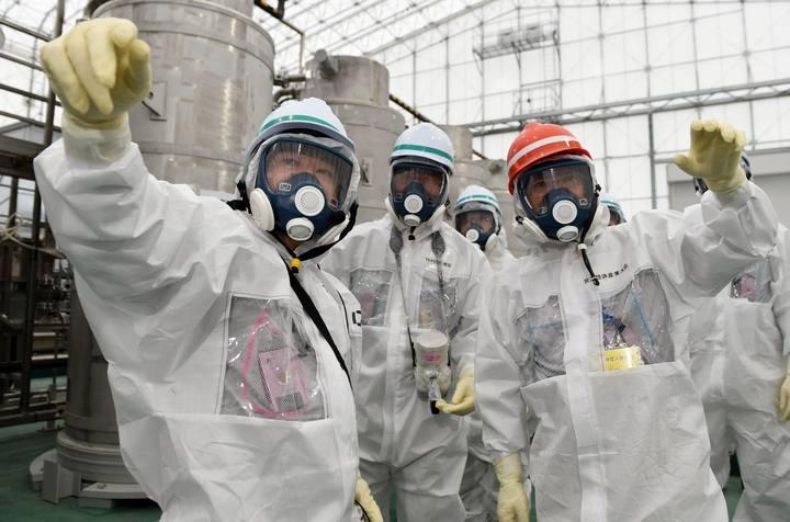 El nuevo ministro de Economía de Japón, Yoichi Miyazawa (derecha) inspecciona la central de Fukushima