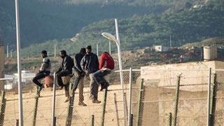 Un centenar de inmigrantes subsaharianos logran entrar en Melilla en un nuevo salto a la valla