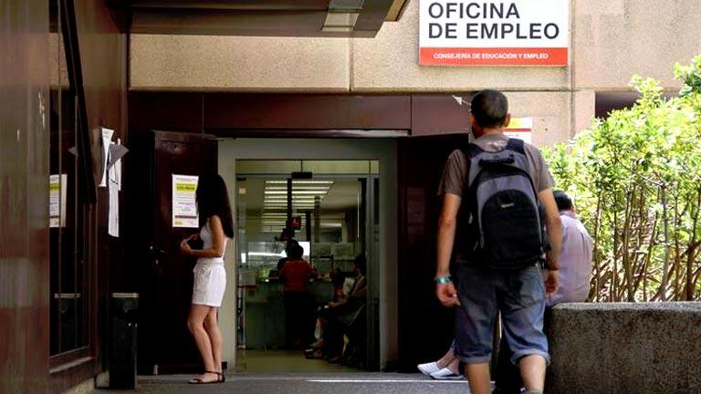 El número de parados registrados cayó en 122.684 en junio