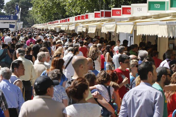 Numerosas personas se acercaron al Paseo de coches del Retiro de Madrid, en el último día de la 73 edición de la Feria del Libro de Madrid.