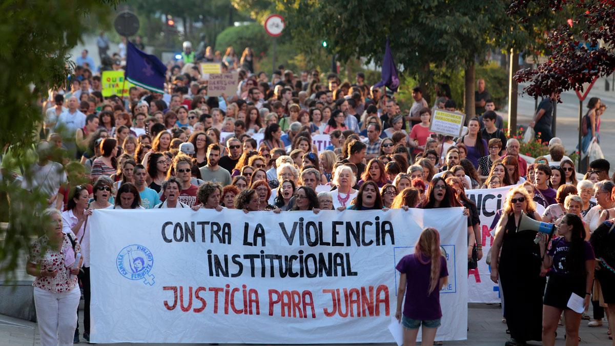 Numerosos manifestantes convocados por varias plataformas feministas de Granada y de toda España recorren las calles de Granada