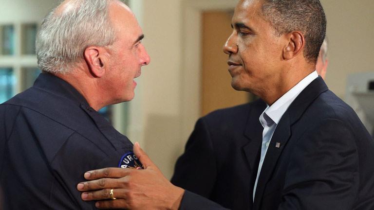 Obama conforta a las víctimas del tiroteo de Denver pero elude cuestionar la posesión de armas