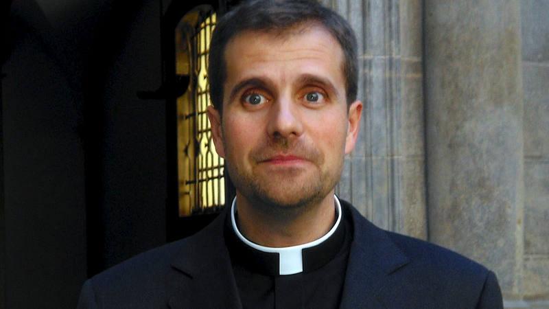 El obispo de Solsona sale escoltado de la iglesia al ser abucheado por sus referencias a los homosexuales