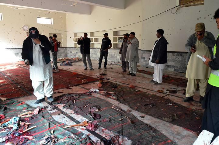 Oficiales de los servicios de seguridad de Pakistan en la mezquita chií donde se ha producido un atentado, en Shikarpur