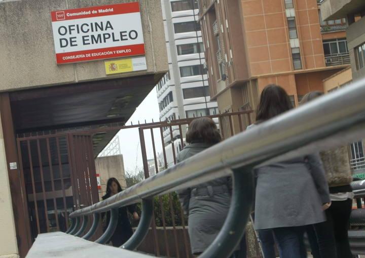 El paro baja en personas durante febrero y el total for Oficina de empleo madrid