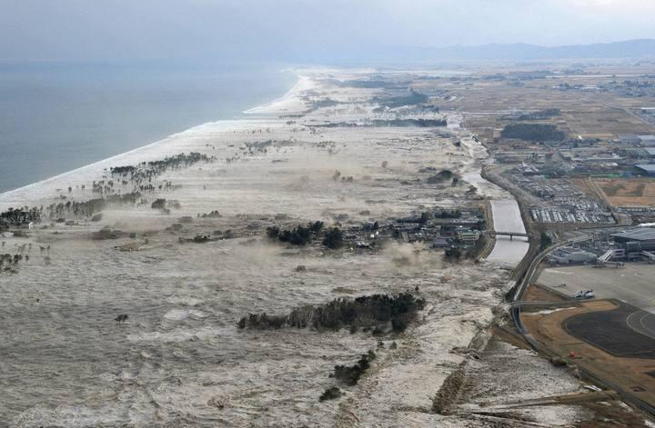 La ola de tsunami en la área costera de Iwanuma, en el noreste de Japón el 11 de marzo de 2011.