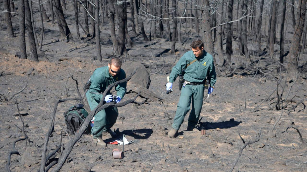 Operarios de la Guardia Civil investigan las causas del incendio en Sierra de Gata