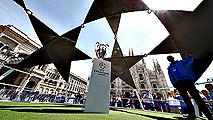Ir al VideoLa 'orejona' ya preside el Duomo de Milán